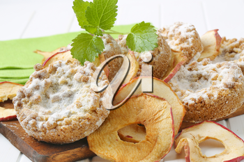 Small apple crumble cakes and apple chips